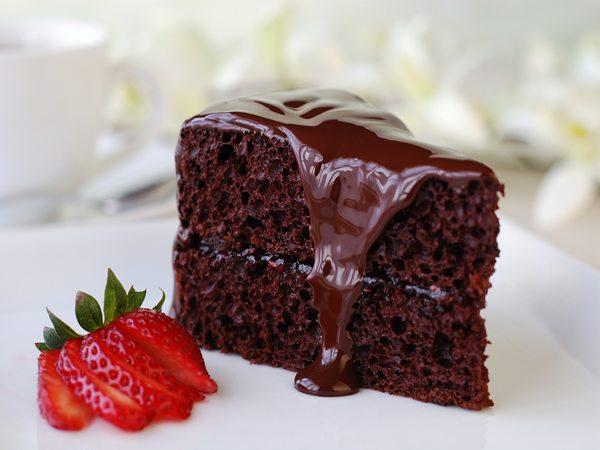 Receta de bizcocho de chocolate con fresas