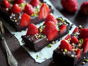 Receta de tarta de fresas y chocolate sin horno